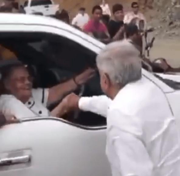 'No te bajes, ya recibí tu carta'; AMLO saludó a la mamá del Chapo en su visita a Badiraguato