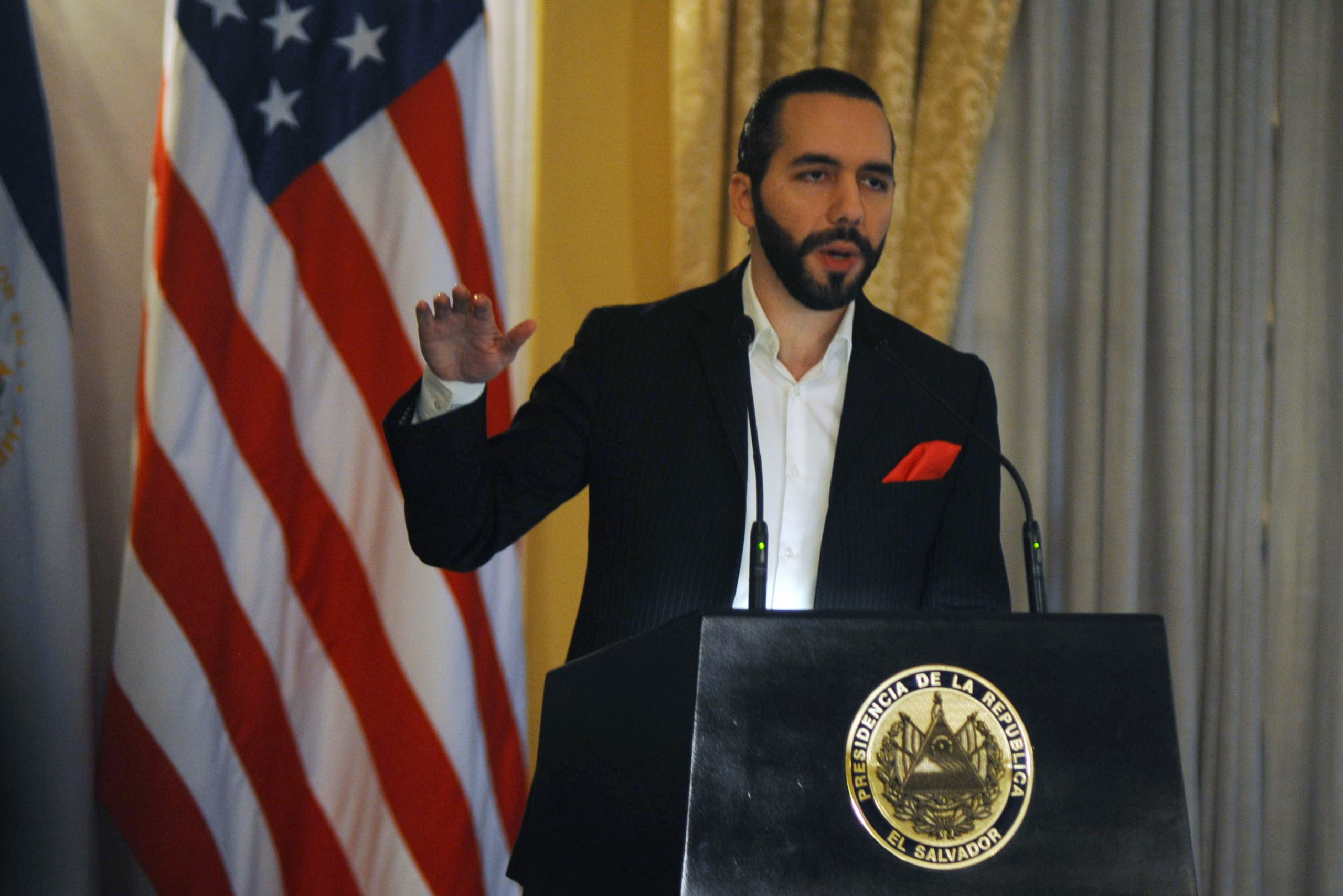 Presidente de El Salvador afirma que vuelo mexicano llevaba 12 contagiados de coronavirus; Ebrard responde