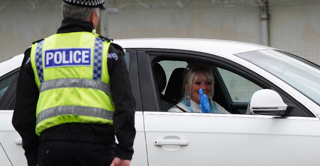 Dan 12 semanas de prisión a una mujer por toserle en la cara a un policía