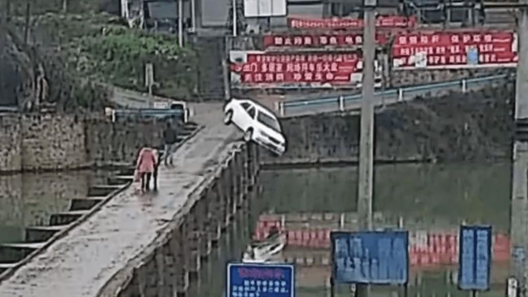 ¡WTF! Estrena su licencia de conducir y cae al río minutos después