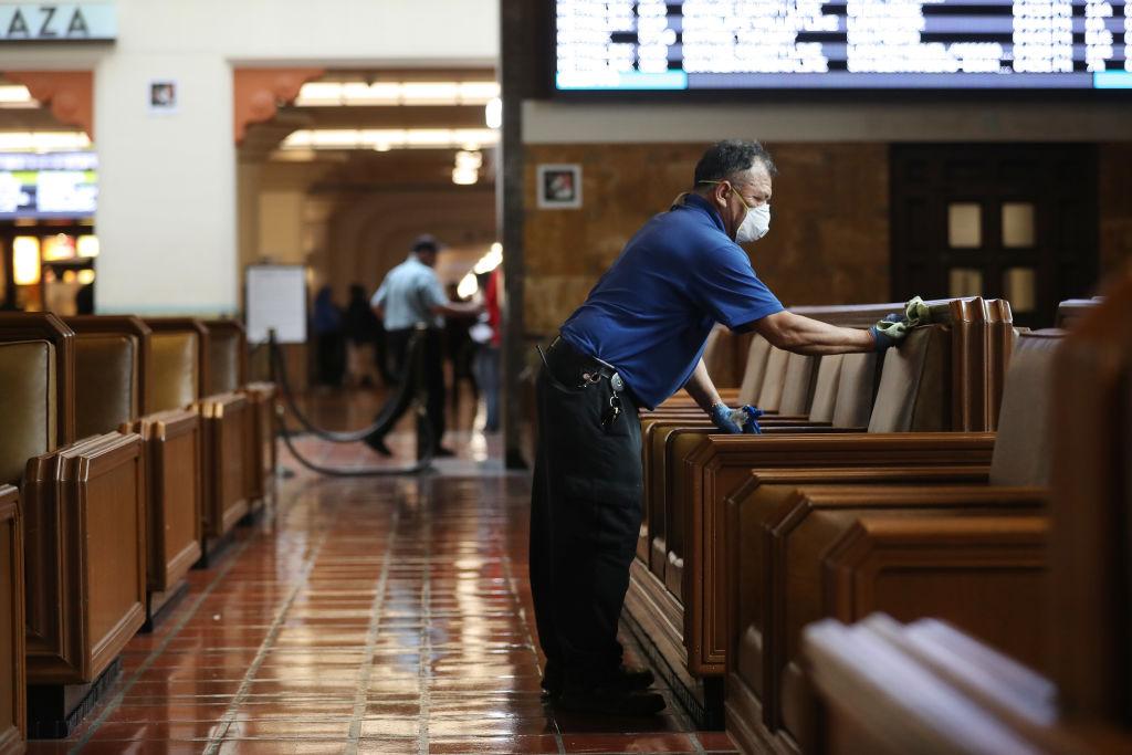 Alcalde de Los Ángeles ordena a habitantes aislarse en sus hogares para evitar propagación de COVID-19