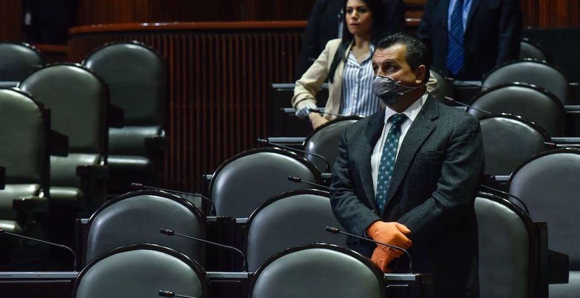 """Ante emergencia por Covid-19, el Presidente Andrés Manuel López Obrador informó que los salarios de los altos funcionarios del Gobierno no aumentarán, lo que estaba considerado para este 2020. """"Desde luego que vamos a hacer un esfuerzo, los altos funcionarios públicos se van a reducir los sueldos en términos reales"""", informó el Mandatario en conferencia matutina en Palacio Nacional. """"No van a crecer, se congelan, es decir, no hay aumento, lo que estaba considerado este año, no hay aumento, solo para los altos funcionarios públicos y de manera proporcional va a ganar menos el Presidente y así hacia abajo"""", agregó. El Presidente señaló que aquellos trabajadores que ganan menos de 30 mil pesos no serán afectados por la medida. Asimismo, pidió que los partidos políticos reduzcan sus fondos como medida para luchar contra la pandemia de coronavirus en el País. """"Ojalá, pero que sea voluntario, ahora sí los partidos, con todo respecto, con independencia, decidan entregar la mitad o lo que ellos consideren, lo que sea su voluntad de cada organización pero es el momento de ayudar todos"""", fundamentó. """"No le podemos sacar dinero de la bolsa al pueblo, al contario, hay que darle al pueblo, no les gusta a los conservadores"""". La semana pasada, durante una reunión nocturna con el Gabinete, el Presidente colocó sobre la mesa la posibilidad de realizar una reducción del 8 por ciento a los salarios de los altos mandos de la burocracia federal."""