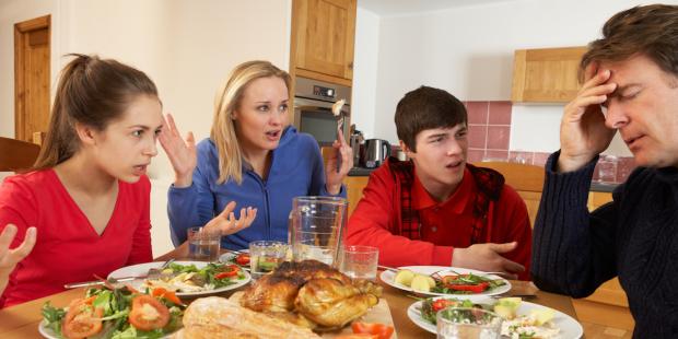 pelea-familia-mesa-comida