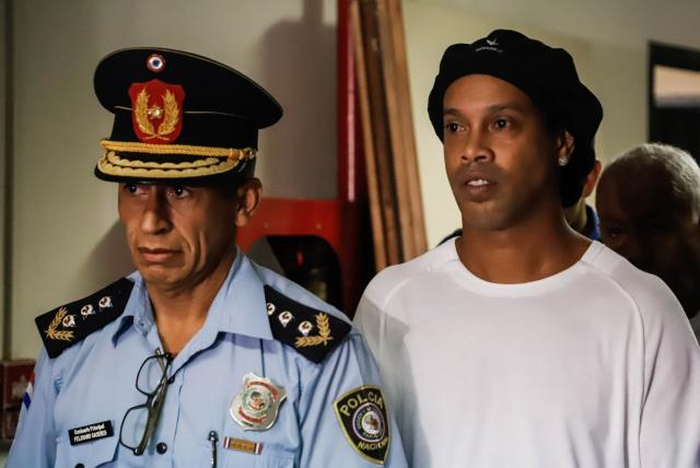 Ronaldinho armó una 'carnita asada' en la cárcel e invitó a comer a otros presos