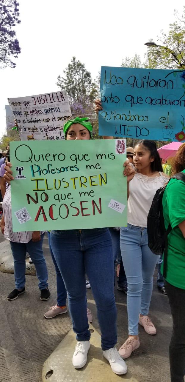"""""""Marcho con mis hijas para no marchar por ellas"""" y más pancartas poderosas en la marcha del 8M de CDMX"""
