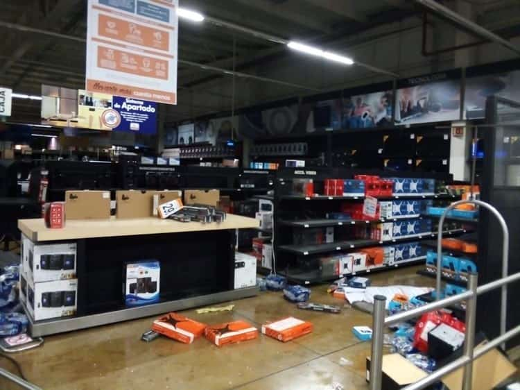 Con ayuda de una camioneta ladrones entran a robar un supermercado en Tecámac