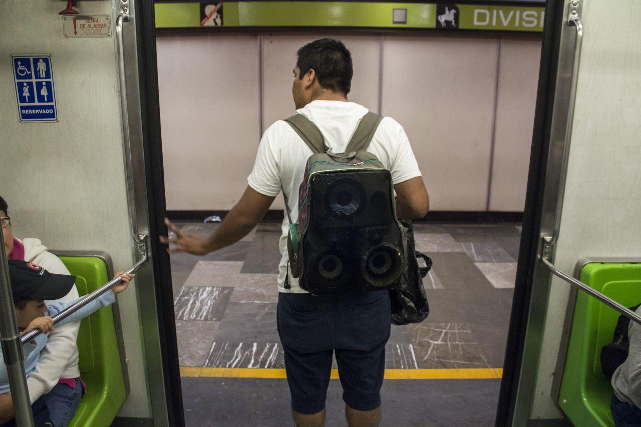 Vendedor ambulante muere después de ser detenido dentro del Metro CDMX; investigan a policías involucrados