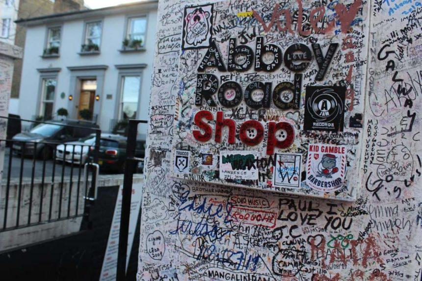 """Entre las calles de Camdem y Westminster, se encuentra el crucero más famoso de todo el mundo, millones de personas viajan anualmente a Londres solo para tomarse la foto del recuerdo en el paso de cebra de Abbey Road. No obstante, una vez estando allí cualquiera puede notar que la época de los Beatles fue hace mucho, mucho tiempo. Pero gracias al confinamiento por el COVID-19, la avenida pudo recibir una 'manita de gato'. Han pasado 50 años desde el día en que los Beatles inmortalizaron el crucero para la portada de Abbey Road, de cierta forma, no ha pasado tanto tiempo, sin embargo, entre los grafitis, el pasar de los miles de turistas y la falta de mantenimiento y el descuido vecinal, lejos de ser un sitio turístico, parecía el set de una película de terror. Lo que muy poca gente sabe, es que en realidad la calle donde se grabaron canciones clásicas como """"Something"""", """"Here Comes the Sun"""" y """"Why"""", es una calle transitada por ambos sentidos y si encima le contamos que diariamente cientos de personas se paran en medio para tratar de lograr la fotografía perfecta entre alto y alto, es casi imposible arreglarla, no obstante, la pandemia por COVID-19, también ha traído sus cosas buenas. Cuando el primer ministro británico, Boris Johnson, ordenó a los ciudadanos permanecer en el interior de sus casas, los equipos urbanos aprovecharon para hacer planes para la restauración de la calle. """"Este paso de cebra en Londres no es un castillo o una catedral, pero, gracias a los Beatles y una sesión de fotos de 10 minutos una mañana de agosto de 1969, tiene un reclamo tan fuerte como cualquier otro como parte de nuestro patrimonio"""", dijo John Penrose, Ministro de Turismo y Patrimonio para un diario local. Un grupo de trabajadores, emprendieron las obras de mantenimiento, reforzaron tanto las líneas del cruce como el letrero fijado justo debajo de las aceras y donde se puede leer """"Voltea para ambos lados"""" [antes de cruzar]. También, pintaron en zig-zag la línea de división de los se"""
