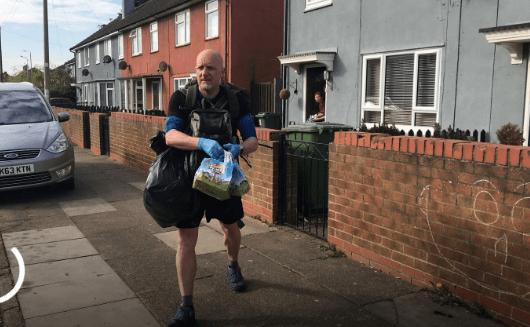 Un profesor lleva comidas a niños menos favorecidos durante la cuarentena en Inglaterra