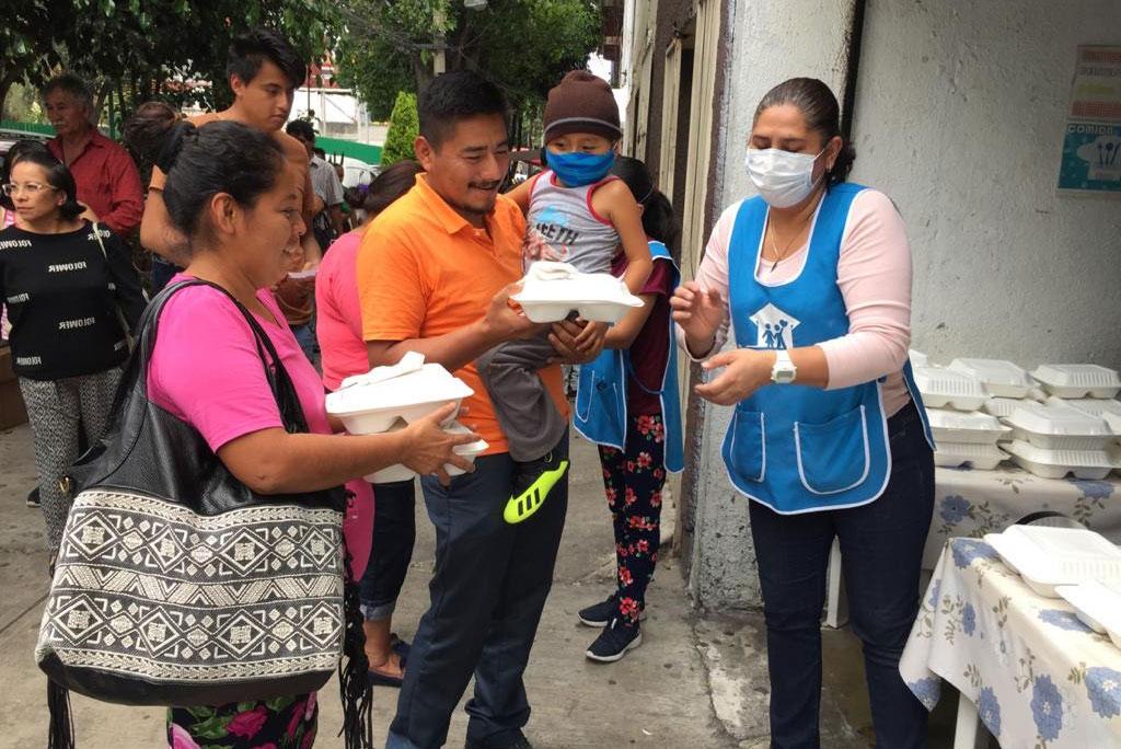 Comidas Solidarias entrega alimentos a doctores y pacientes del Siglo 21 y del INER