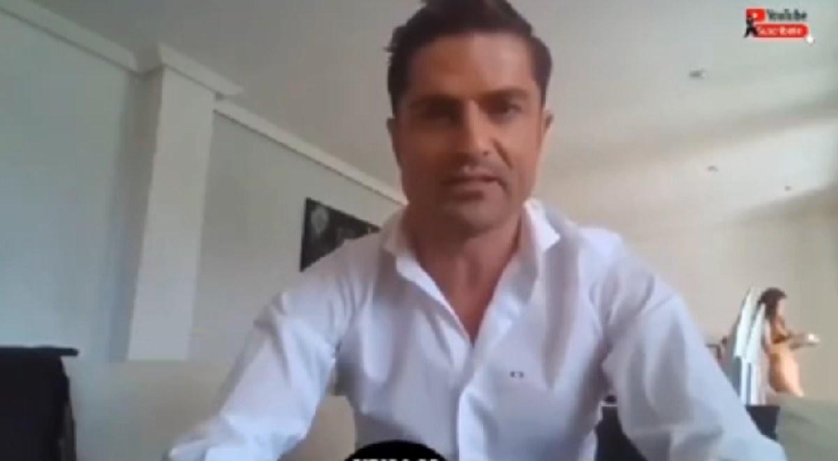 Periodista Alfonso Merlos hace un enlace en vivo y aparece una mujer en ropa interior que no es su esposa