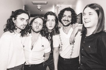 "Escucha a Blossoms y Miles Kane coverear ""The Less I Know The Better"" de Tame Impala"