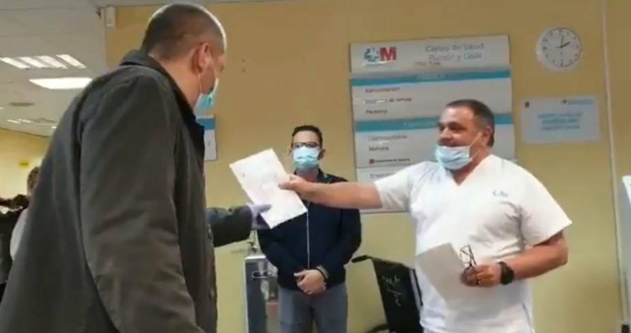 Personal de un hospital recompensa a taxista que trasladaba a pacientes con coronavirus y sin cobrarles