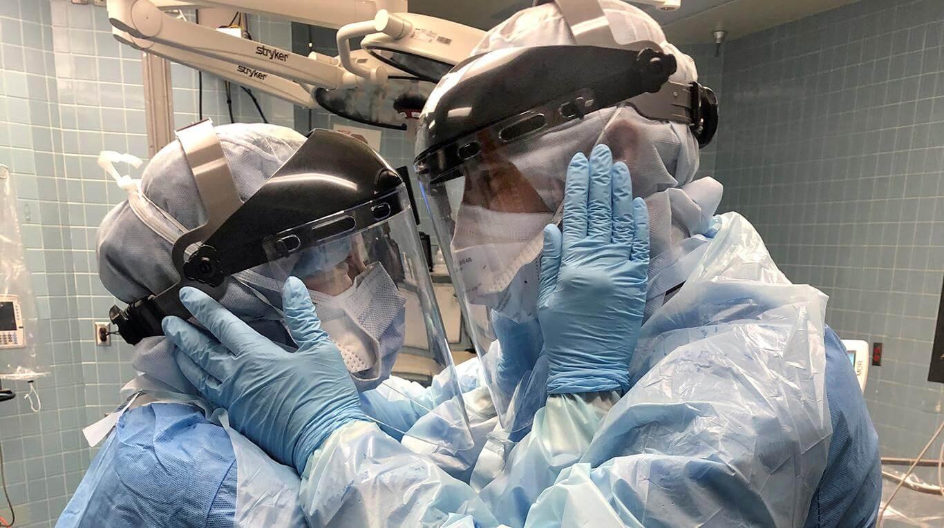 Una pareja de enfermeros que lucha contra el coronavirus se mira fijamente y la foto se vuelve viral
