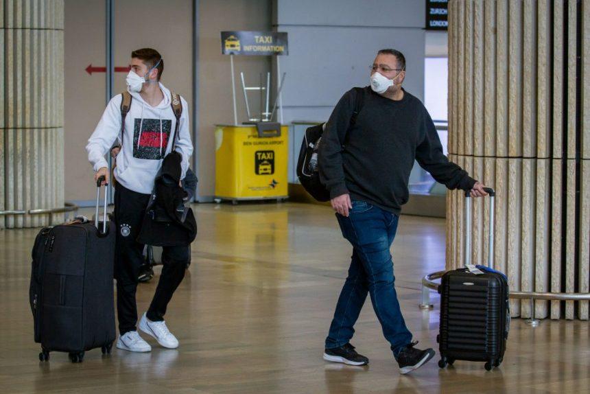 """Uno de los sectores más afectados por la crisis sanitaria del COVID-19, sin duda es el turismo. El confinamiento voluntario, el cierre de aeropuertos, pusieron a miles de hoteleros en jaque, pero afortunadamente, han encontrado la manera de reactivar la economía a través del certificado 'COVID-Free', que garantizaría a los huéspedes que no hay riesgo de contagio y viceversa, pero a cambio, tendrán que cubrir con una larga lista de requisitos. En España, uno de los países que más han sido golpeados por el coronavirus con más de 190 mil 859 casos, los hoteleros ya están desarrollando un protocolo común para la creación del certificado 'Hoteles COVID Free' que sea avalado por el Ministerio de Salud, y el cual sería implementado en cuanto acabe la cuarentena. Dentro de los requisitos para obtener la certificación, están contemplados los servicios de limpieza y desinfección de todas las áreas de los hoteles. No obstante, el proceso de sanitización no bastaría, la responsabilidad tendría que ser compartida entre los huéspedes, empleados y políticas de las diferentes cadenas hoteleras. Al respecto, Reino Unido ha considerado expirar certificaciones a personas físicas que se encuentren sanas y no sean portadoras del COVID-19. La gran encrucijada, radica en las formas en que se puede asegurar que no hay riesgo evidente de contagio. Pero, parece que los hoteleros españoles, confían en obtener la fórmula precisa que ayudaría a los turistas a olvidarse del coronavirus y de la tragedia, al menos por unos días, mientras se mantienen a salvo en sus hoteles. Mar de Miguel, Secretario General de la Asociación Empresarial Hotelera de Madrid, dijo a un diario local que: """"Desde el inicio de la crisis, hemos sostenido que la prioridad de los hoteleros ha sido velar por la salud de los ciudadanos. Por ello, y para estar listos cuando llegue el momento en que se puedan reabrir sus puertas, estamos trabajando en un protocolo muy exhaustivo y previamente analizado que garantice la seguridad"""