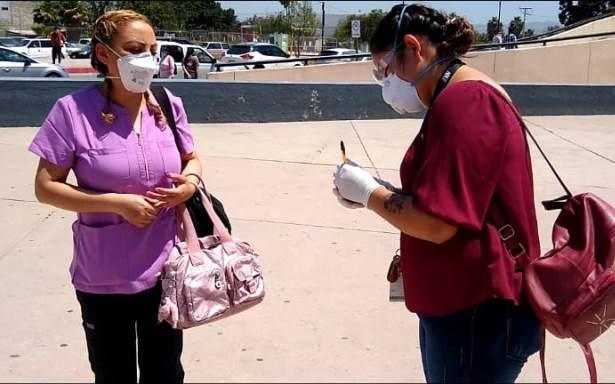 'Lady Cartas', la enfermera que lleva mensajes de esperanza a pacientes con coronavirus