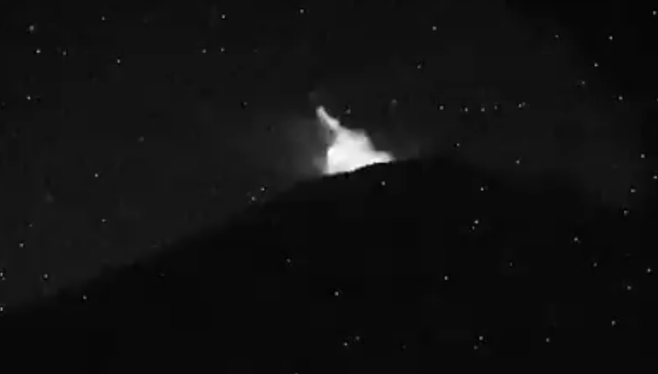 El Popocatépetl registró una nueva explosión con expulsión de fragmentos incandescentes