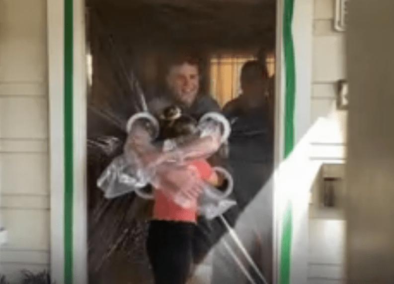 Esta niña creó una cortina especial para poder abrazar a sus abuelitos