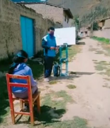 Profesor camina 10 km diariamente para dar clases casa por casa a alumnos de bajos recursos