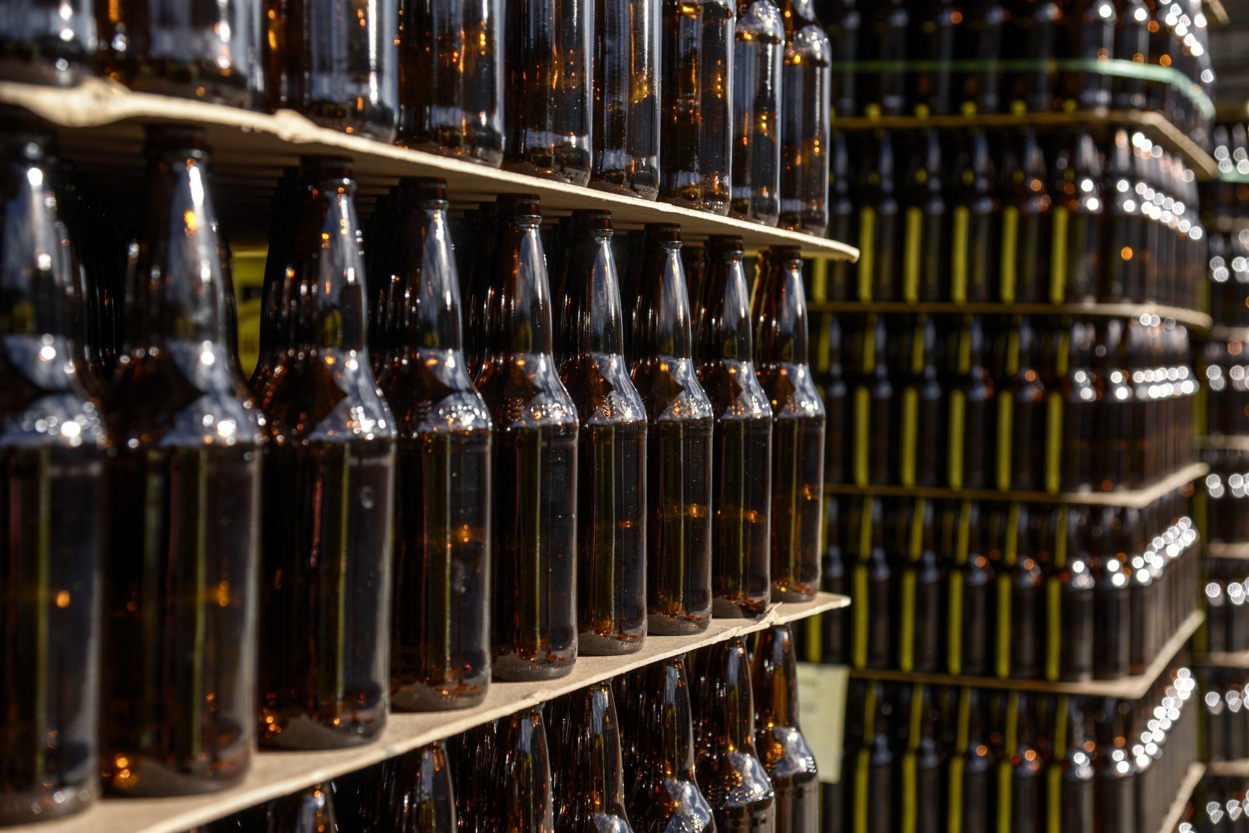 Botellas vacias produccion cerveza fabrica