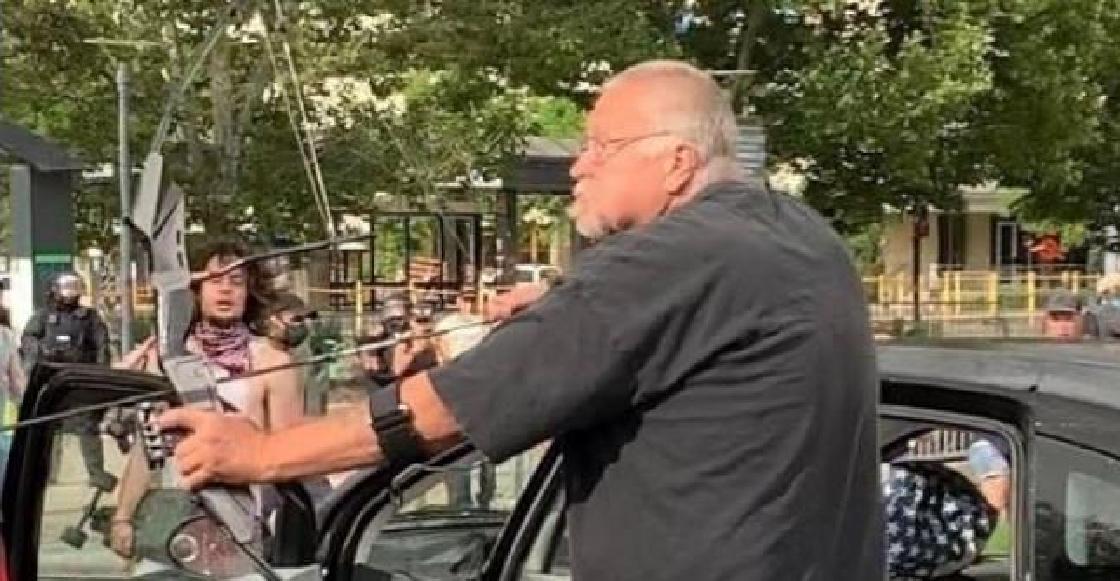 WTF?! Un hombre amenazó con disparar flechas a quienes protestaban por el caso de George Floyd