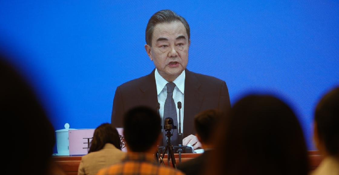 """China y EE.UU. están """"al borde de una nueva guerra fría"""", advierte el ministro Wang Yi"""