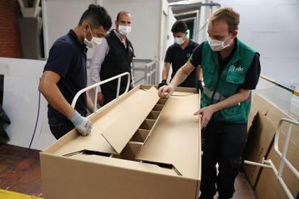 La hora sad: Crean camillas hechas de caja de cartón que se convierte en ataúd