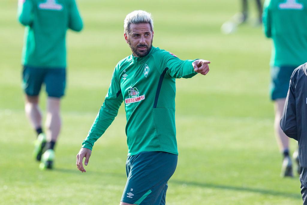 Aíslan a jugador del Werder Bremen a un día de la reanudación de la Bundesliga; sospechan de Pizarro