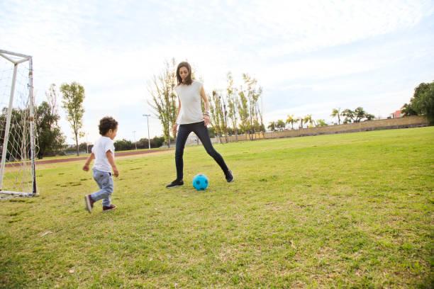 5 cosas que seguramente ha hecho tu mamá cuando va a verte jugar futbol