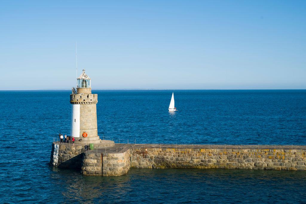 En imágenes y videos: Todo lo que tienes que saber de Guernsey, la isla que se ofreció para terminar la Premier League