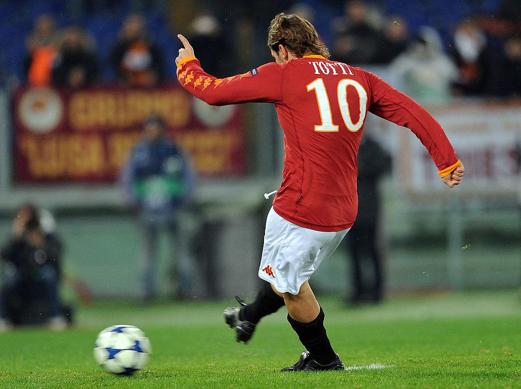 El día que los rivales y la afición le 'aplaudieron' a Totti por patear a Balotelli