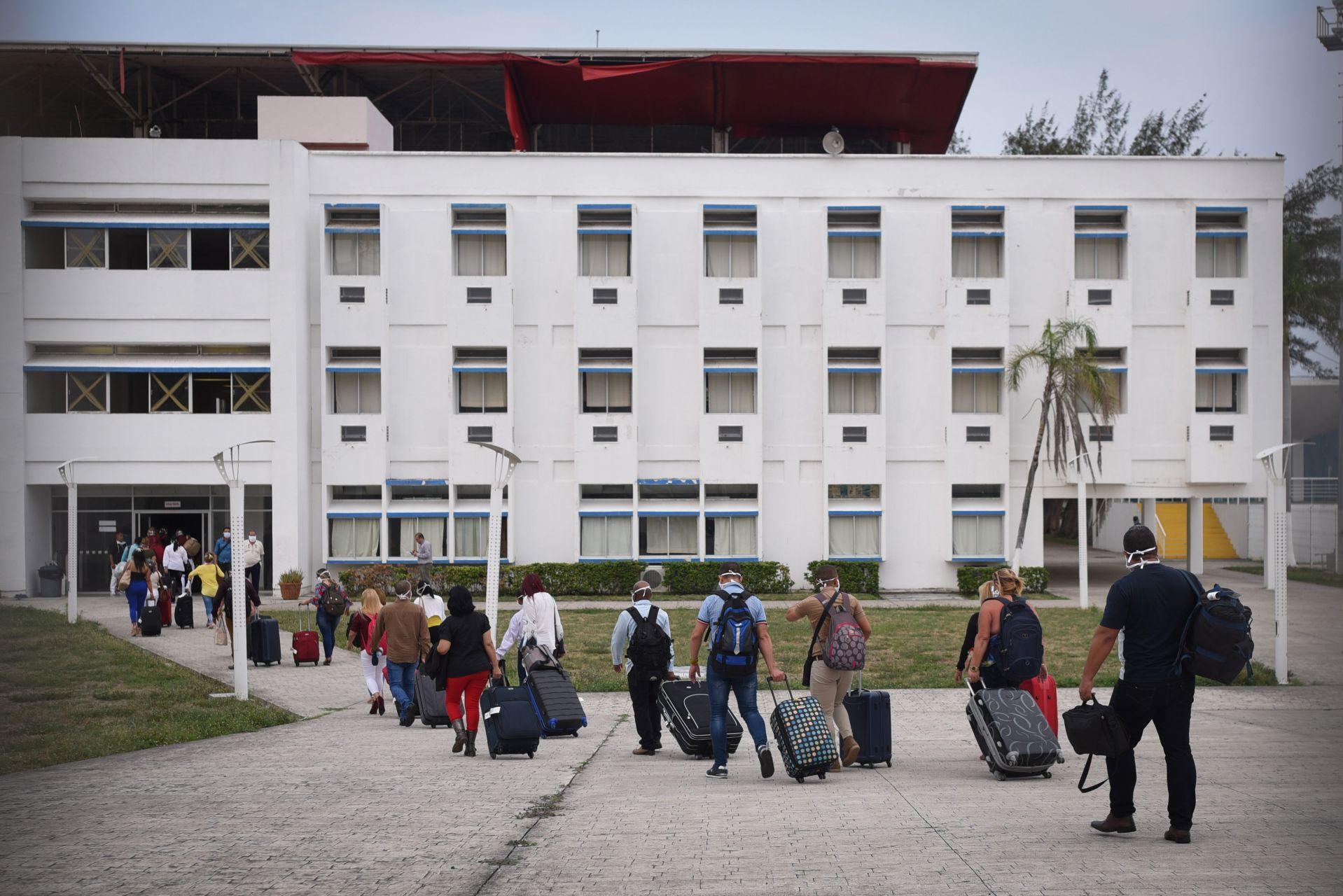 Médicos de Cuba llegan a Veracruz para atender pacientes COVID