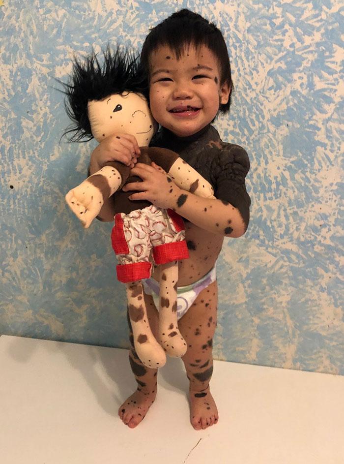 Mujer crea muñecas personalizados para niños que tienen alguna discapacidad