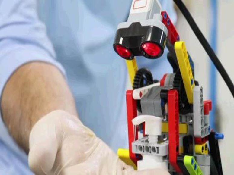 Refugiados sirios crean robot desinfectante con piezas de Lego en Jordania