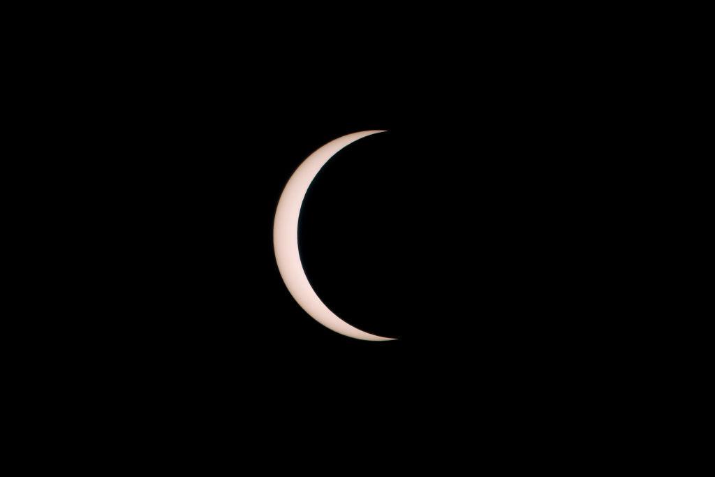 Foto del eclipse solar que dio paso al solsticio de verano y que solo se vio en el 2% del planeta