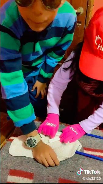 ¡Joya! Vean el video de TikTok donde niños recrean una escena de 'Alerta Aeropuerto'