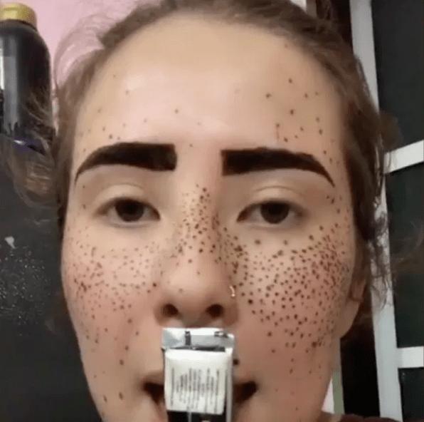 No lo haga: Chica nos muestra en TikTok por qué ponerse henna en la cara no es una buena idea