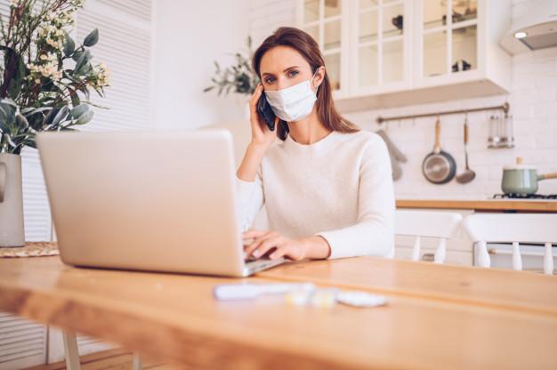 Mujer trabajando en casa en tiempos de COVID