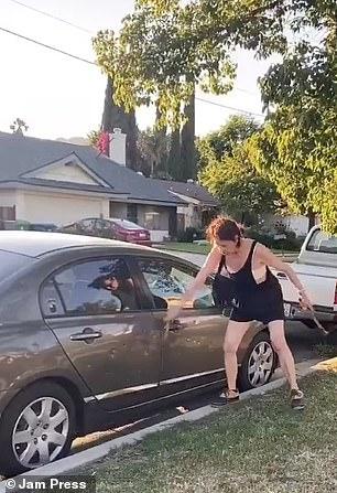 Qué límites tan desfasados: Mujer racista golpea con un martillo el auto de un mexicano