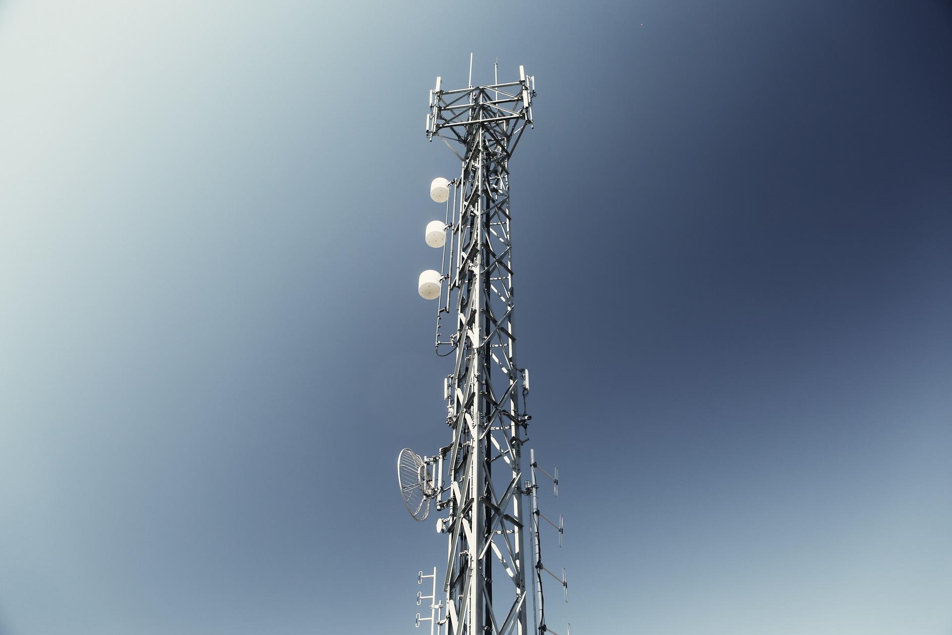"""Pobladores retuvieron a 8 trabajadores por """"instalar una antena 5G para transmitir el coronavirus"""""""