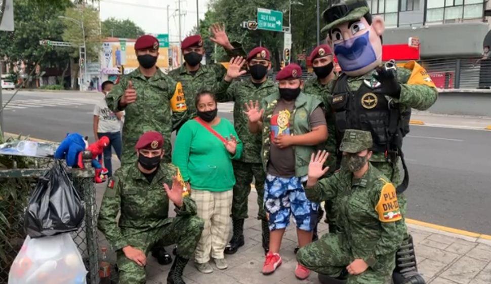 Soldados sorprenden y entregan regalos a Luis Ángel, el niño que cambia juguetes por comida en CDMX