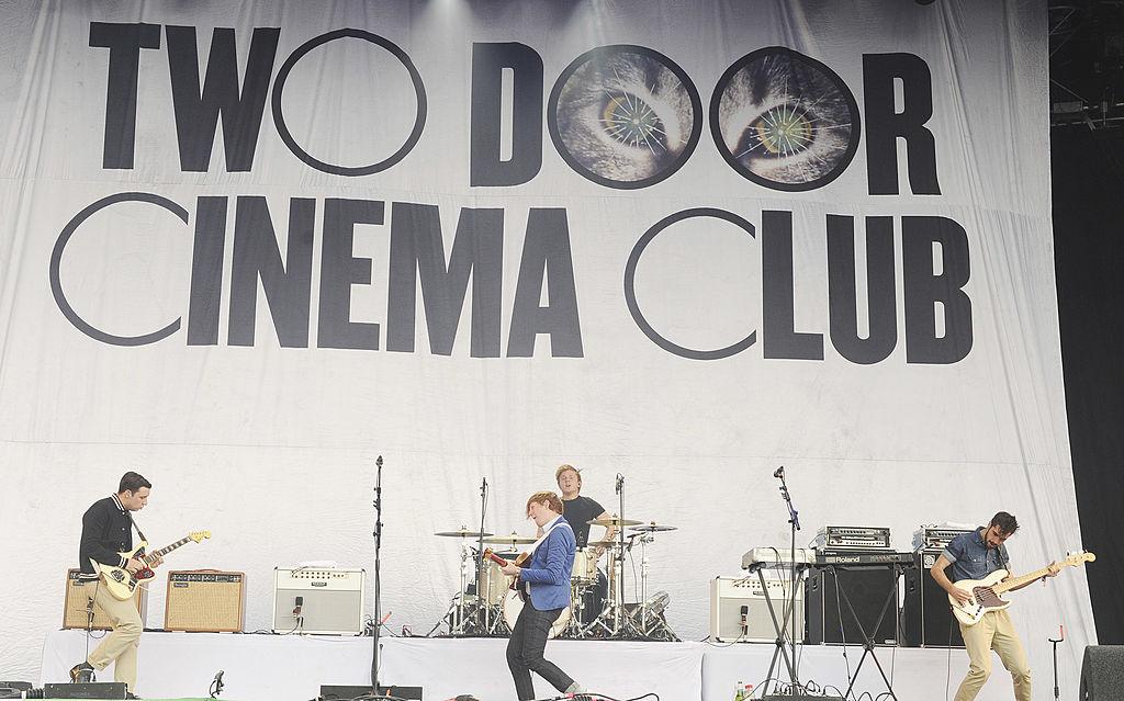 ¡Two Door Cinema Club libera un EP con canciones perdidas del 'Tourist History'!