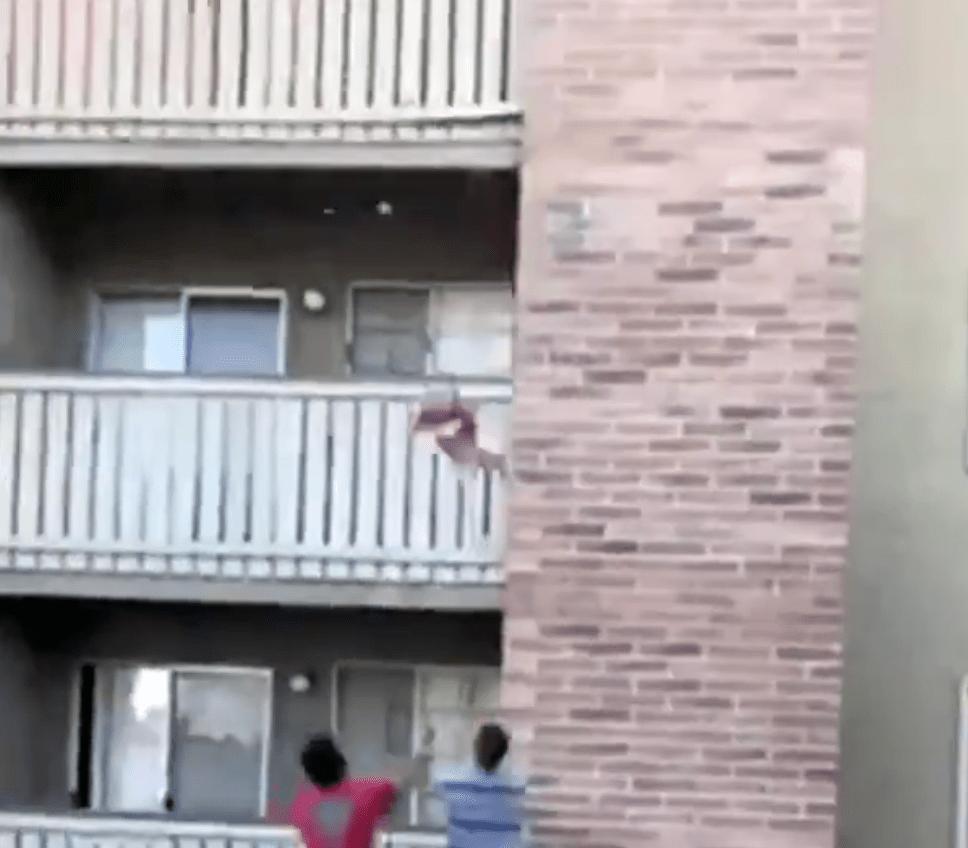 El ex receptor de fútbol americano atrapa a un niño arrojado desde un edificio en llamas