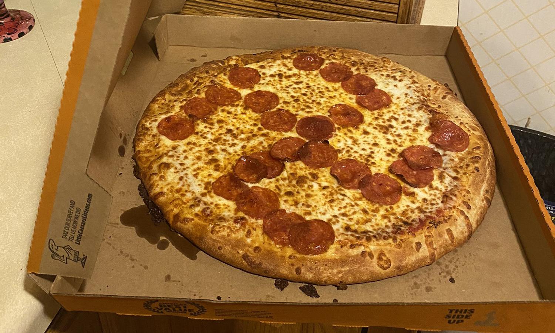 Hombre compra una pizza y encuentra en ella un símbolo nazi hecho con pepperoni