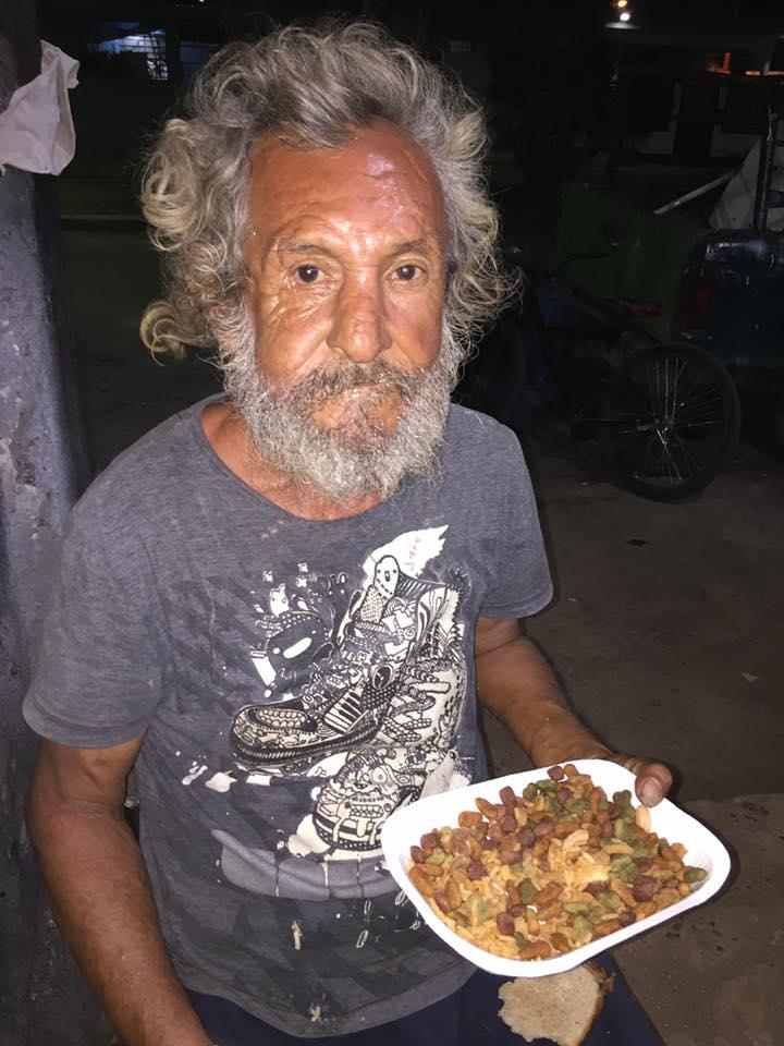 La triste historia del abuelito en situación de calle que recibió croquetas cuando pidió algo de comer