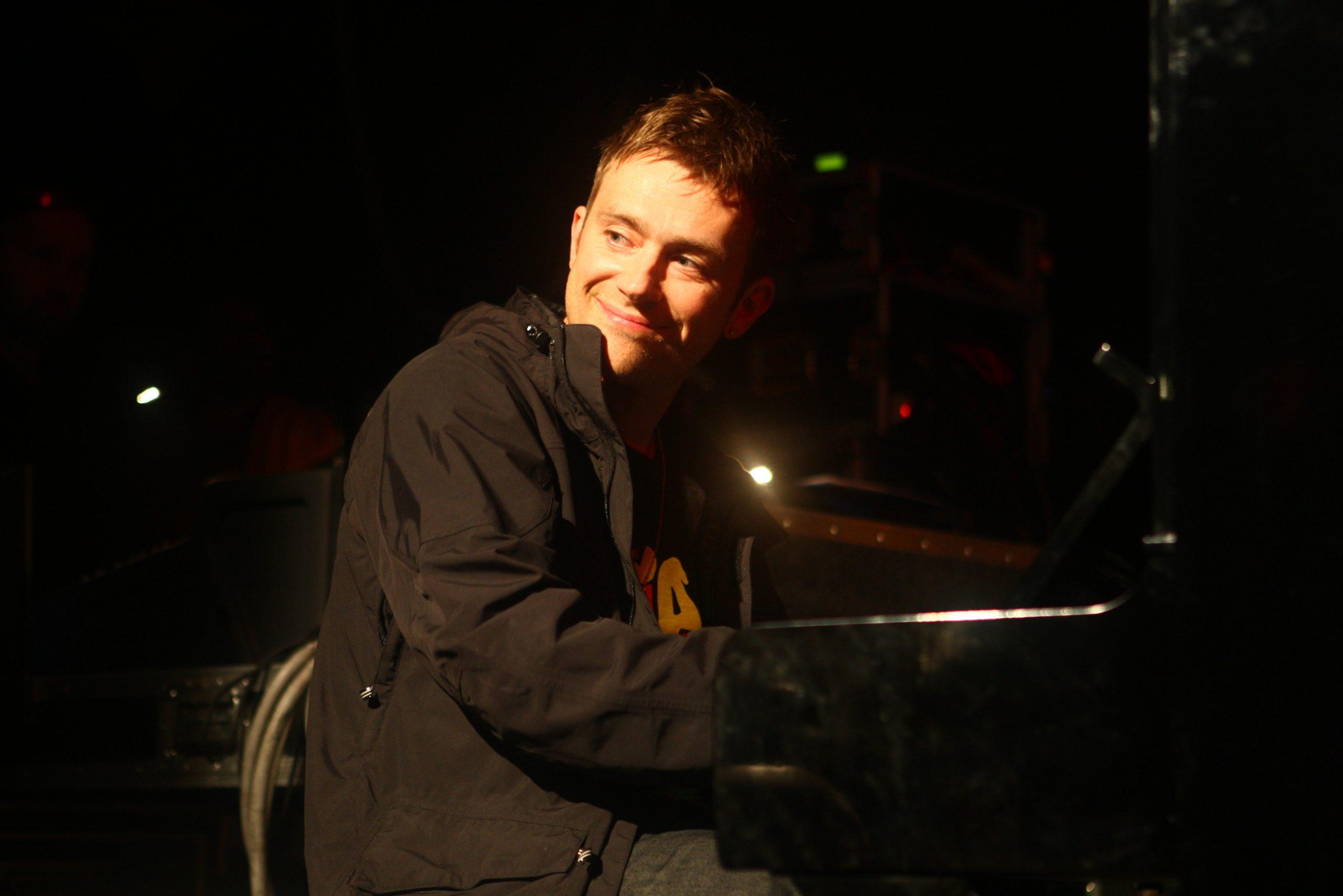 Recordemos cuando a Damon Albarn lo bajaron del escenario después de tocar 5 horas