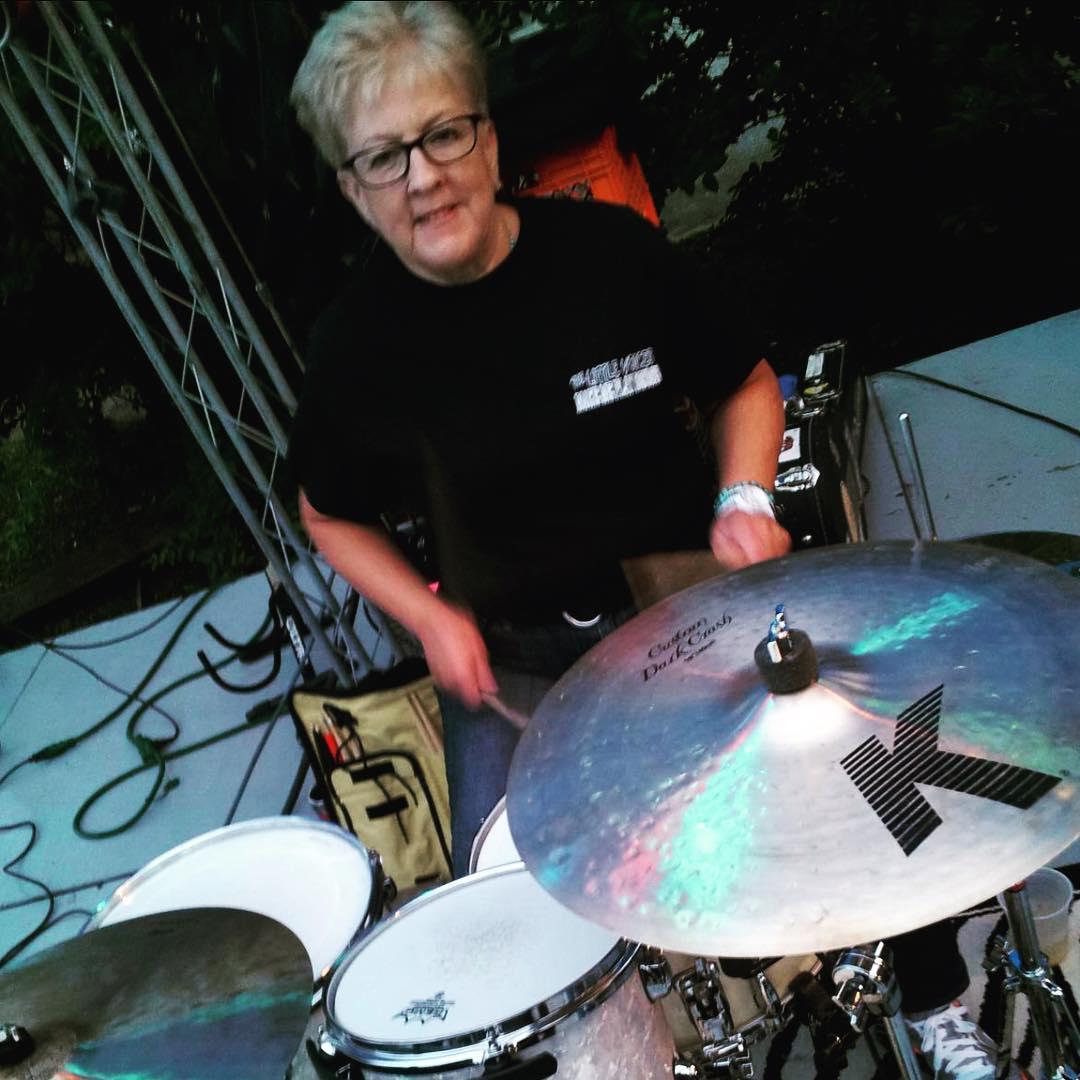 Dorothea Taylor: La abuelita baterista que sorprendió a todos con sus covers a Slipknot y Paramore