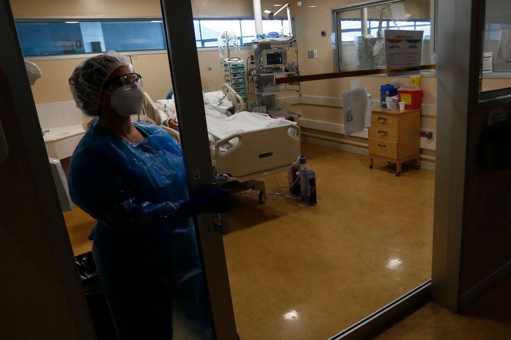 La historia de la enfermera que cruza calles inundadas para atender a pacientes con coronavirus