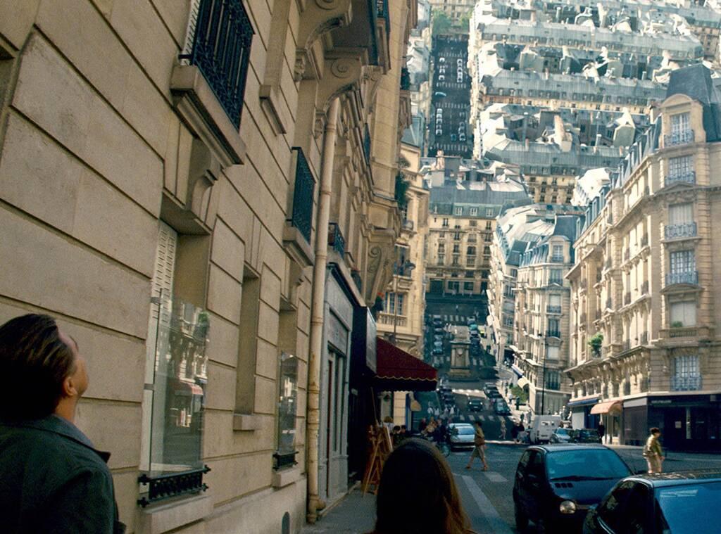 Cobb y Ariadne en un sueño en París.