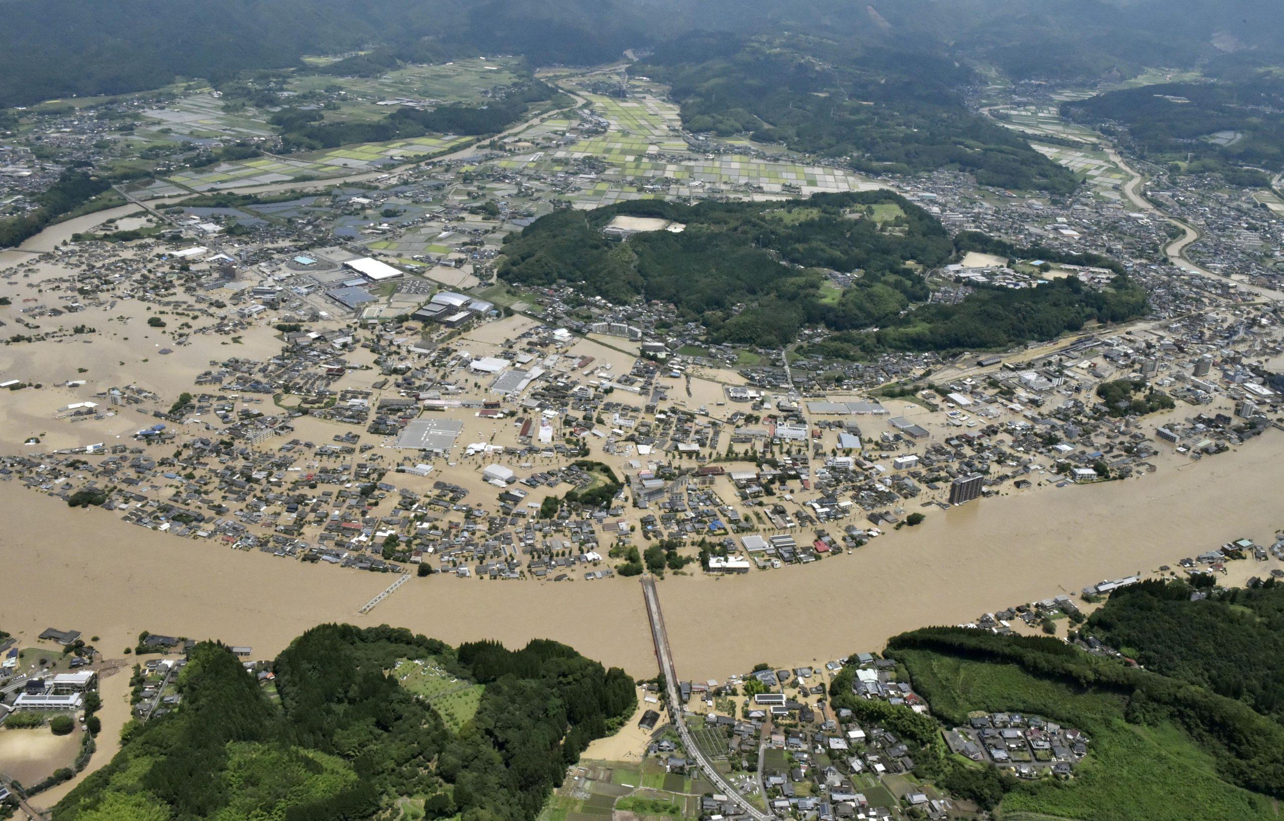 Aplaca tu ira y tu rigor: 200 mil personas son evacuadas en Japón por fuertes lluvias